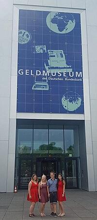 Die Azubis vor dem Geldmuseum.