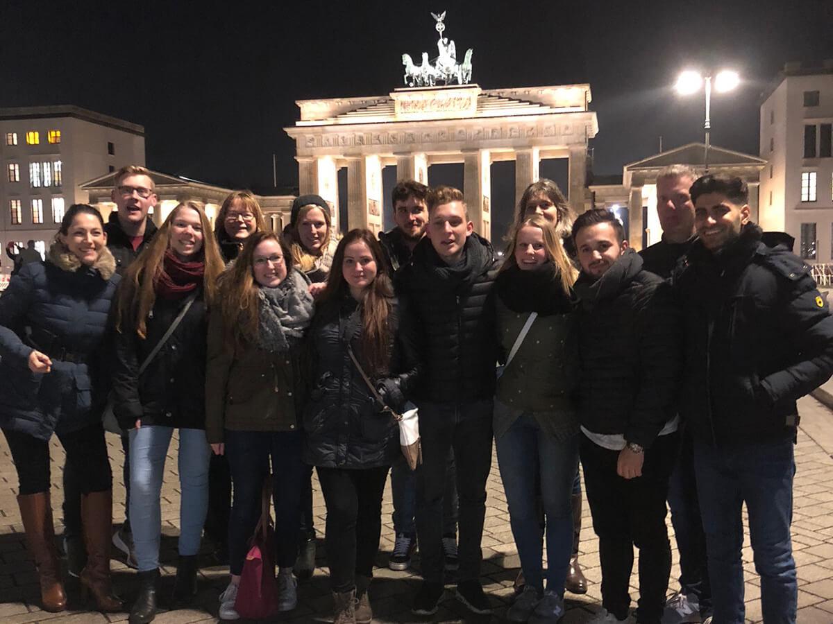 Das Team next vor dem Brandenburger Tor