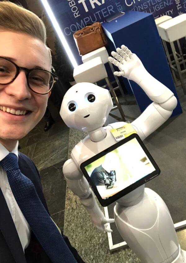 Patrick trifft die kleine Roboter-Dame Pepper.