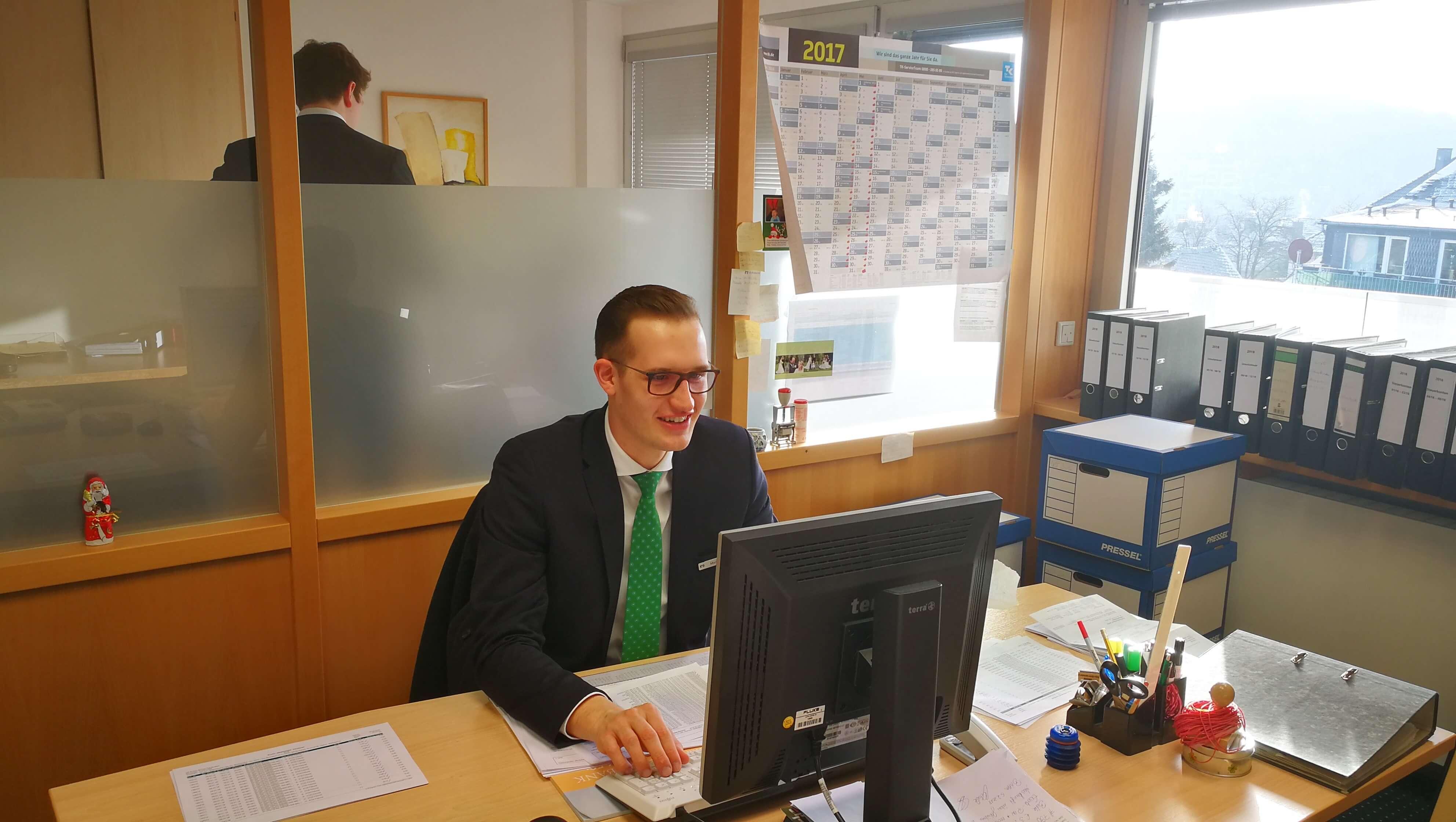 Moritz an seinem Arbeitsplatz im Rechnungswesen.