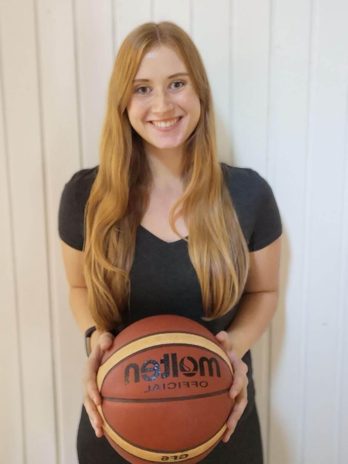 Die duale Studentin Claudia spielt Basketball in Renés Mannschaft.